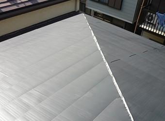屋根材はガルバリウム銅板を使った横暖ルーフきわみを使用
