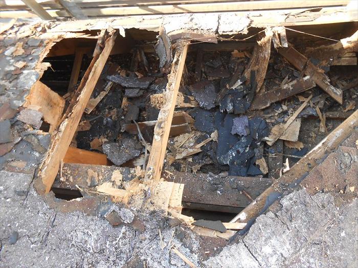 瓦屋根の下地が腐食した状態