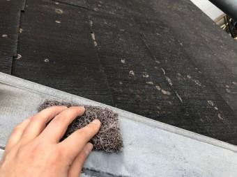 棟板金をケレンする作業工程を撮影
