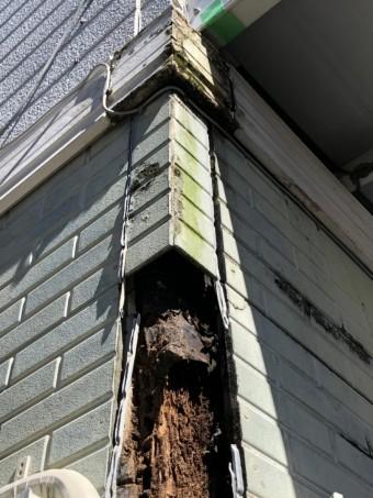台風の突風によって破損した外壁サイディングコーナー部分