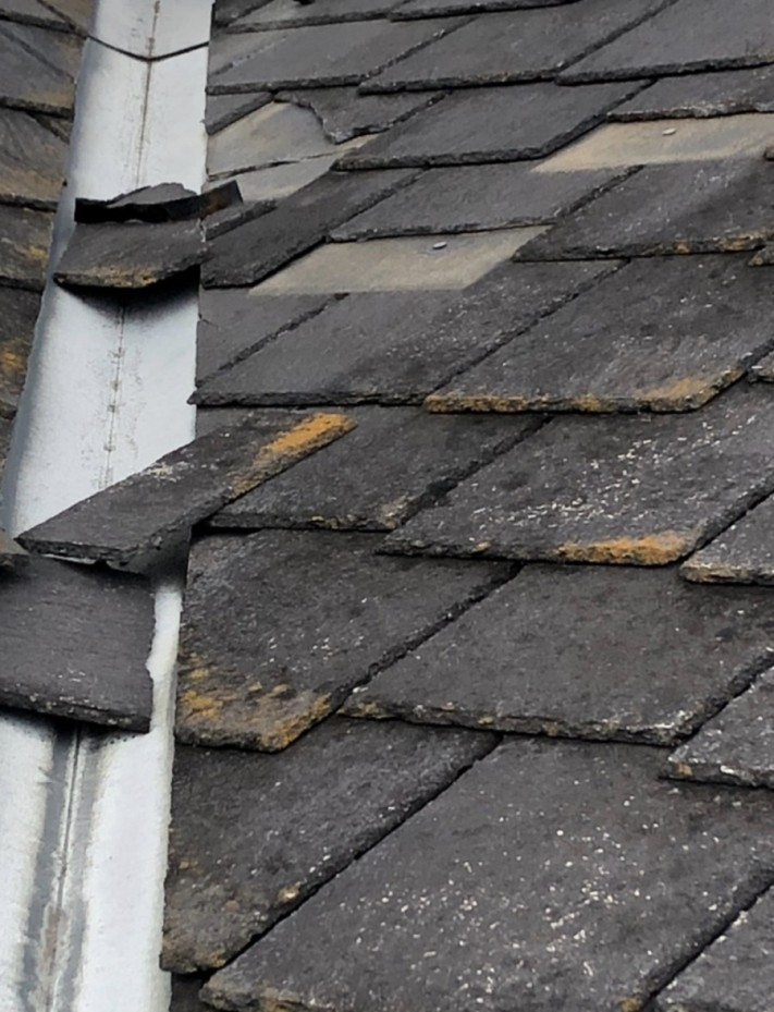 台風の被害によって破損した屋根