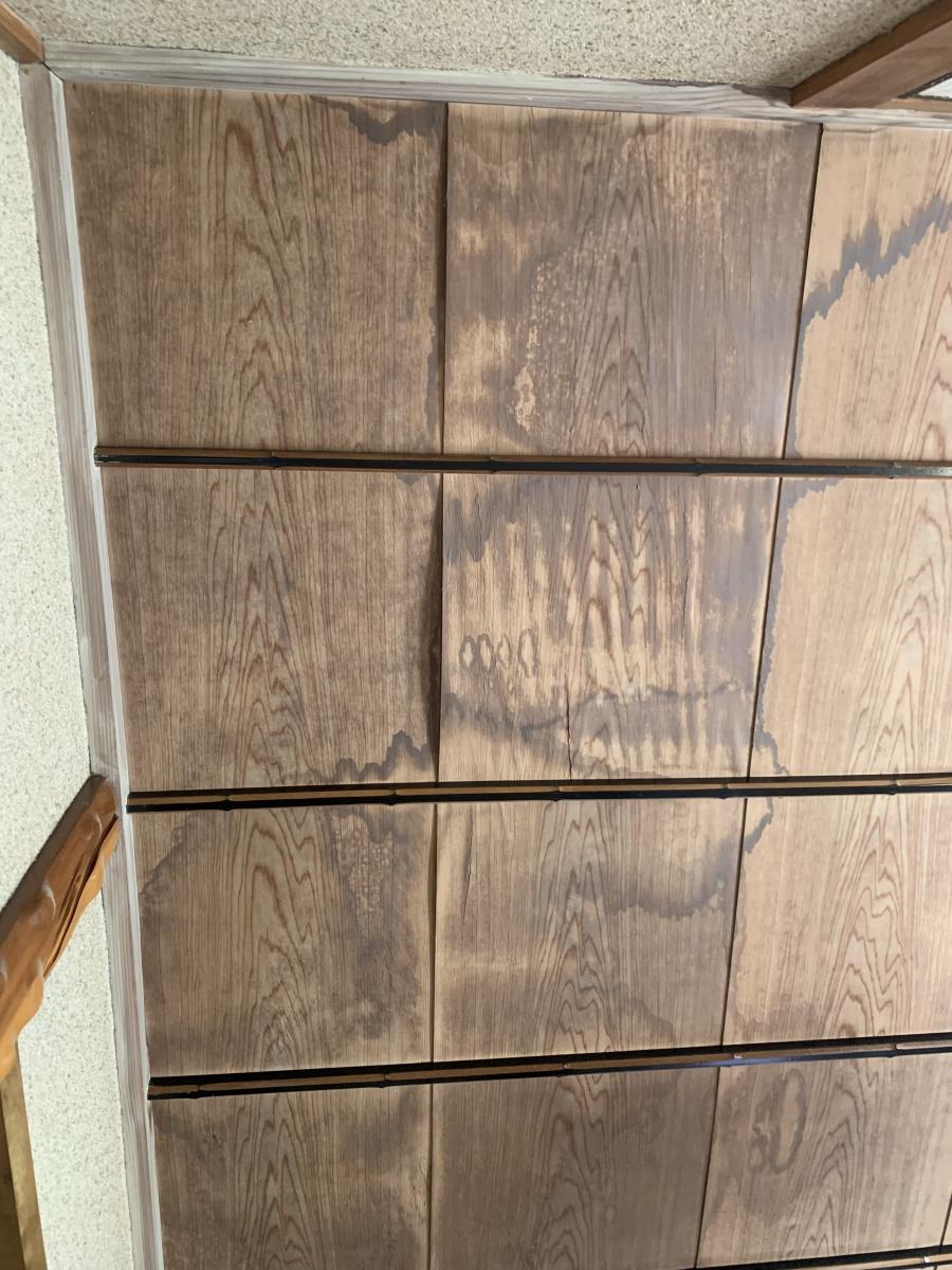 雨漏りした家の中の天井の写真