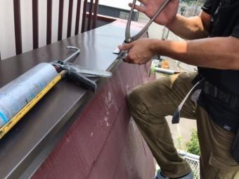 笠木板金の取り付け加工作業
