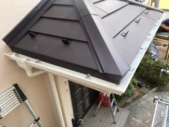 玄関上屋根、ガルバリウム鋼板、ニチハ横暖ルーフ