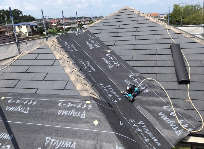 コロニアル屋根に被せてのルーフィング施工