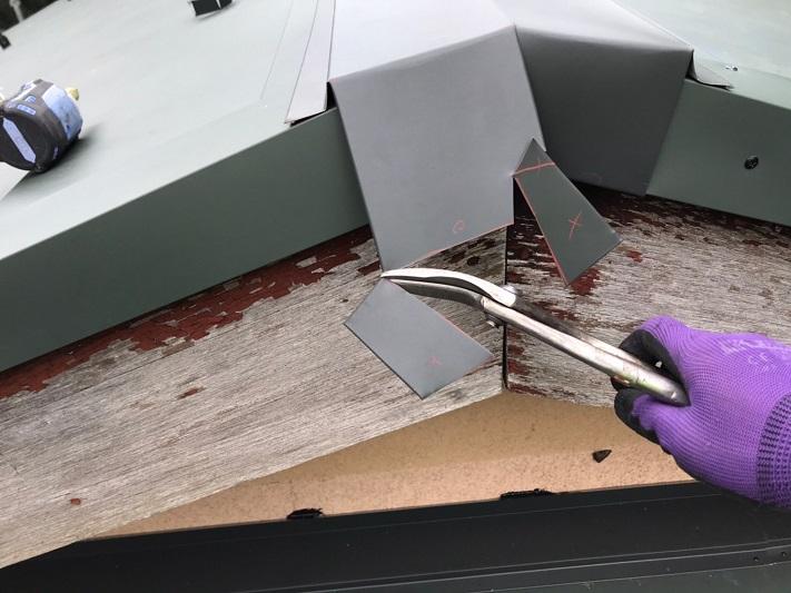 棟板金の掴み込みの加工