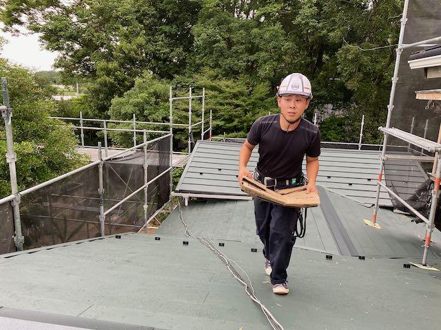 屋根の仕上げする職人