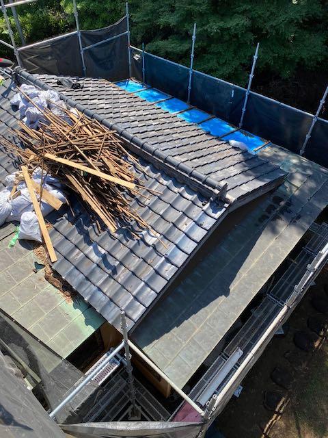 瓦下ろし中の屋根
