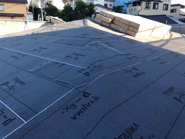 屋根工事で材料をまとめる様子