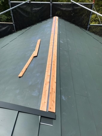 金属屋根の棟板金下地施工