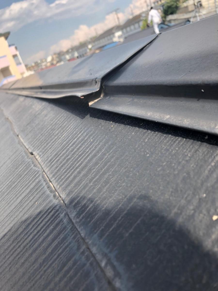 台風の突風によって浮き上がった棟板金