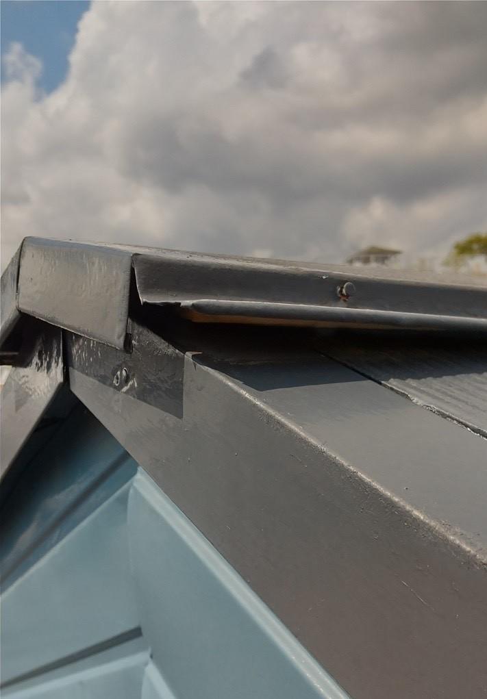 台風の被害によって浮き上がった棟板金