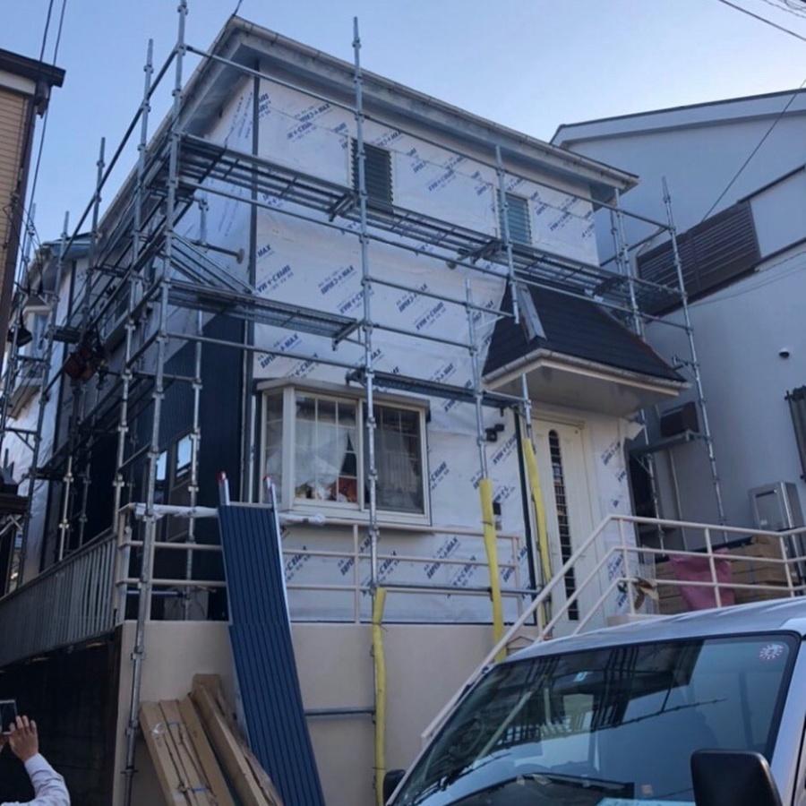 外壁サイデイングカバー工法の施工中 引きの写真