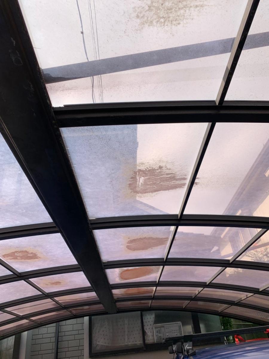 積雪によって湾曲したカーポート