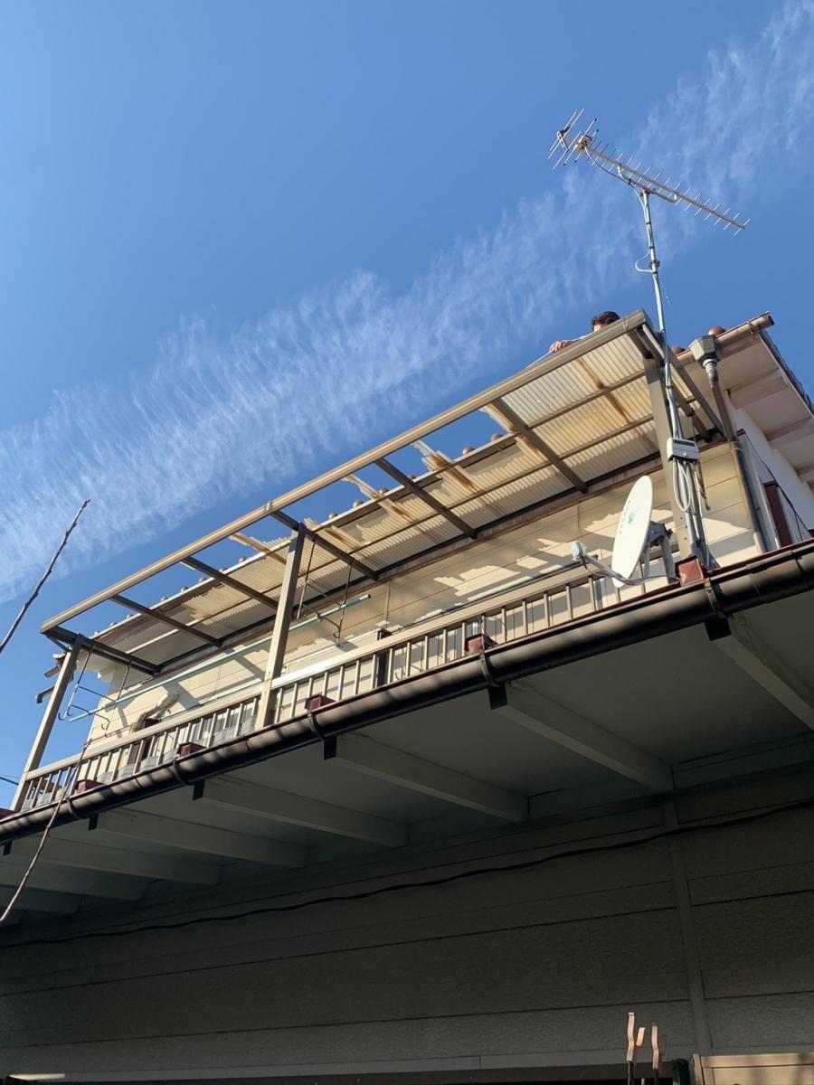台風後の破損したベランダ屋根
