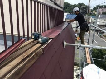 笠木板金の解体作業中