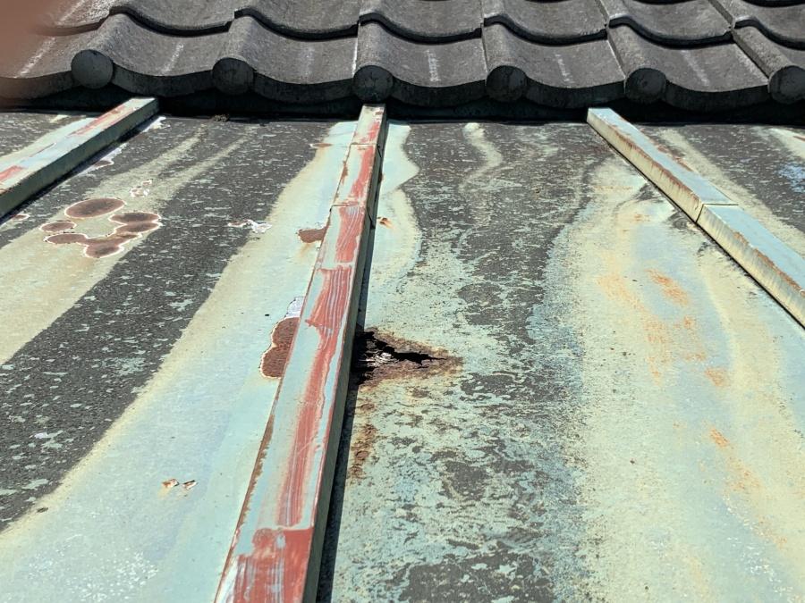 長年の雨によって錆びて穴が開いた瓦棒