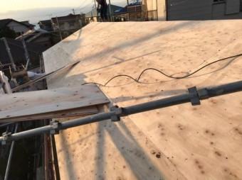 葺き替え施工中ルーフィング(防水シート)