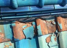 凍害で欠けた瓦屋根
