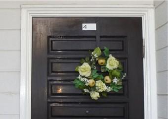 劣化し艶を失った玄関ドア